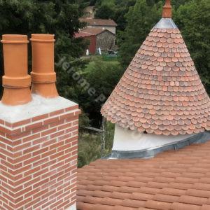 1-Couverture,-tour-en-Tuille-plate-écaille,-cheminée-brique,-zinguerie-web