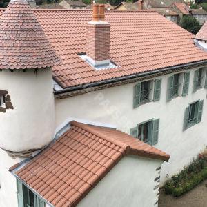 4-Couverture,-tour-en-Tuille-plate-écaille,-cheminée-brique,-zinguerie-web