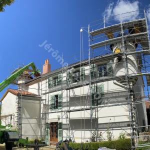 5-Couverture,-tour-en-Tuille-plate-écaille,-cheminée-brique,-zinguerie-web
