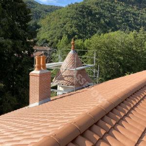 7-Couverture,-tour-en-Tuille-plate-écaille,-cheminée-brique,-zinguerie-web
